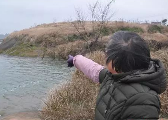 信江河有儿童落水 鹰潭六旬老人跳进冰冷河水中…