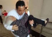 """这位医生抱96岁老人就诊 网友点赞""""最美公主抱"""""""