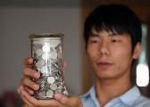 青岛大学生2年捡千枚硬币全捐出 曾捐钱给汶川