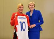 克罗地亚女总统送球衣特朗普和梅姨人手一件