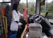 新余公交车女司机收集200多部旧手机 捐给贫困户