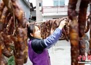 广西民众晒腊肉 四处腊味飘香