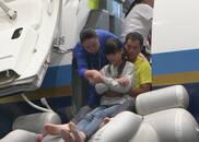 视频:留守儿童与父母相聚夏令营 体验空乘职务