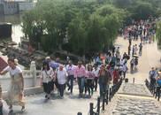 2018中国(郑州)国际旅游城市市长论坛的嘉宾们在清明上河园开启了一段穿越之旅