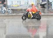 """""""温比亚""""威力不减 郑州雨骤风急"""