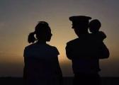 泪目!分别两年终相见 边防军人和妻子互送家书