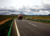 青藏高原多年冻土区首条高速公路通车