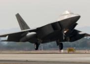 美韩军演首日不顺:美F-22战机出故障 被拖车拉走