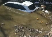 乐平一女司机驾车冲入河道 消防排长路过跳水救人