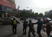 暖心!一群盲人不敢过马路 樟树交警开道引路护送