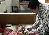南昌县90后弟媳涂小英八年如一日照顾瘫痪哥哥