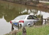 小车失控冲入3米深水塘 宜春67岁老汉勇救五条人命