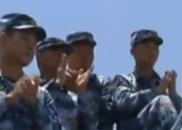 习近平在检阅舰前甲板接见官兵 同大家握手合影留念
