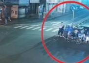 女子深夜被卷车底,外卖员叫来同事抬车救人