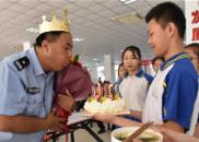 陕西渭南一中学为护学交警庆生 送蛋糕唱生日歌