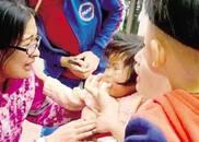 """2岁女童奶糖卡喉 郑州最美女护士""""伸手""""紧急施救"""