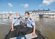 划船上班帐篷办公 民警江中护平安