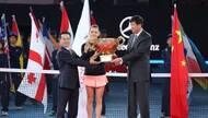 中国人寿集团总裁缪建民为2016年中网女单冠军颁奖