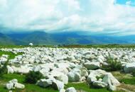 新疆草原的神秘白石阵:农耕与游牧在这里交替