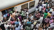 印度搭火车上班像打仗 高峰期等车宛如