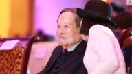 94岁杨振宁为年度人物颁奖 妻子翁帆陪同