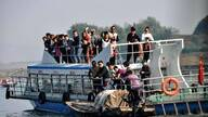 中朝界江上的朝鲜人 冒着生命危险做中国游客的生意