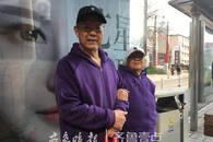 济南街头八旬老夫妻穿情侣装挽手等公交