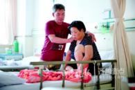 潍坊摆摊卖水果女子患癌 84名摊友捐万元相助