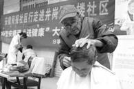 给千余位老人免费洗剪吹四年 安徽69岁理发师获赞