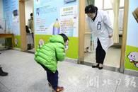 百年前感人一幕在汉重现 3岁男童与医生互相鞠躬