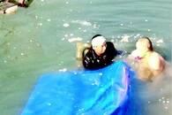 三轮车不慎冲进水潭 代驾司机不顾寒冰扎进水里救孩子