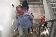 """每天上下22层楼 江夏""""好父亲""""背女上学"""