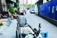 收废品师傅每天清理乱停单车 走到哪里就清理到哪里