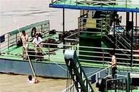 男子江边戏水不慎落水 三名船员迅速救援