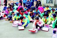 老师攒1年工资为全校学生买棉鞋:不想让孩子们冻了脚