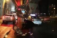 骑车男子倒在车流中 武汉医生拦车救人