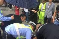 暖心!景德镇停管队员为晕倒老人打伞、擦呕吐物