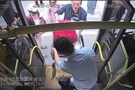 轮椅乘客腿脚不便 好心司机抱扶上下车