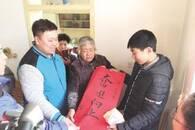 男孩捡废品、烤冷面给父凑药费 志愿者为他送温暖