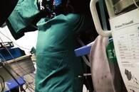 """暖""""心""""闻:市民点赞医院手术室中的最美跪姿"""