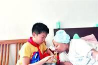 12岁娃为患癌母亲做饭三年 奔波吃苦毫无怨言