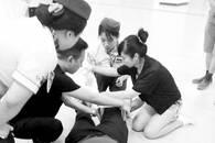 护士路遇摔伤男子跪地施救 请教教授帮伤者固定膝关节