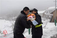 大雪封山病危女婴无法送到医院 民警双手刨开生命通道