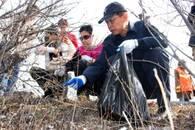 安庆男子捡拾白色垃圾五年 义务保洁守护美丽乡村