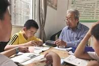 退休教授义务辅导留守儿童 村委会大厅作为教室