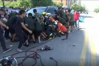 分宜一女子被压车底 消防官兵和群众联手抬车