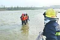 男子钓鱼遇上游泄水被困 消防员跳入冰冷河中探步救援