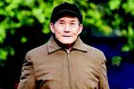老汉义务打扫村湾公厕6年拒绝报酬 如今儿子主动接班