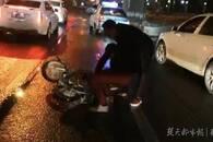 男子骑车摔倒路中央 他勇敢伸出援手