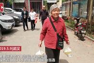 """75岁""""外卖婆婆""""每天为邻居送饭上门"""